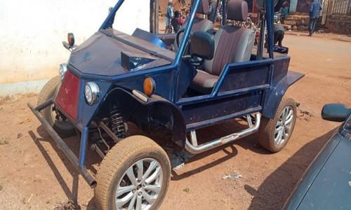 """شاب ميكانيكي يثير ضجة كبيرة في مدينة بافوسام ، مع سيارة """"صنعت في الكاميرون"""" مصنوعة من مواد معاد تدويرها"""