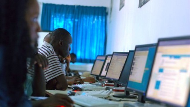 le-premier-lot-des-500-000-ordinateurs-promis-aux-etudiants-par-paul-biya-annonce-pour-decembre-2017