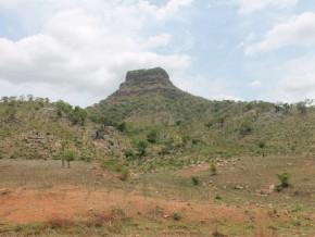 un-gisement-de-feldspath-decouvert-au-pied-du-mont-tinguelin-dans-la-region-du-nord-cameroun