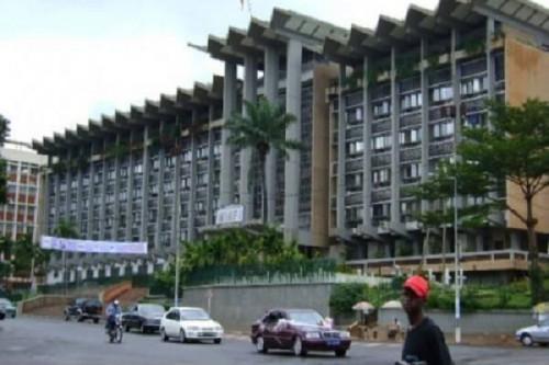 Au Cameroun, en plus du salaire, il existe un système de rémunération informel et onéreux de certains agents publics (Banque mondiale)