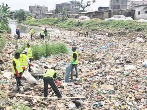 le-brasseur-sabc-et-redplast-lancent-850-jeunes-camerounais-dans-les-villes-pour-collecter-650-tonnes-de-dechets