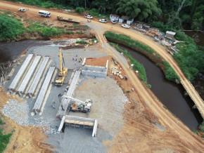 sogea-satom-a-lance-la-construction-des-ponts-sur-le-chantier-de-la-route-entre-olama-et-bigambo-106-km