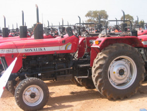 la-sodecoton-equipe-des-producteurs-de-tracteurs-afin-d-ameliorer-la-production-du-coton