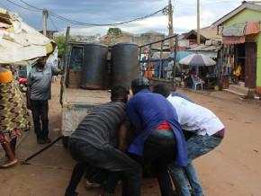 saisies-de-5-300-kg-de-decoupes-de-poulets-et-1000-litres-d-huiles-de-palme-de-contrebande-a-yaounde
