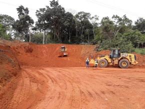 le-francais-sogea-satom-recoit-une-avance-de-plus-de-13-milliards-de-fcfa-pour-demarrer-la-construction-de-la-route-olama-kribi-au-sud-du-cameroun